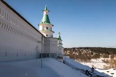 有塔的堡垒墙壁在17世纪的新耶路撒冷修道院附近 Istra,莫斯科郊区,俄罗斯 库存图片