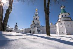 有塔的堡垒墙壁在17世纪的新耶路撒冷修道院附近 Istra,莫斯科郊区,俄罗斯 免版税库存照片