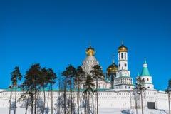 有塔的堡垒墙壁在17世纪的新耶路撒冷修道院附近 Istra,莫斯科郊区,俄罗斯 图库摄影