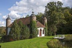 有塔的老庄园牛奶店房子在Heimtali 免版税库存照片