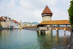 有塔的(Wasserturm)教堂桥梁 免版税库存照片