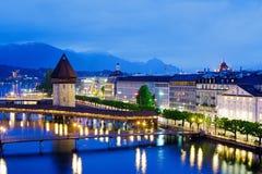 有塔的(Wasserturm),夜视图教堂桥梁 图库摄影