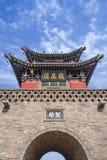 有塔againts的古老门与剧烈的云彩的蓝天,平遥,中国 免版税库存照片