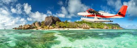 有塞舌尔群岛海岛的水上飞机 库存图片