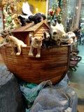 有填充动物玩偶的木平底船 库存图片
