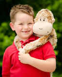 有填充动物玩偶的男孩 库存图片
