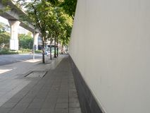 有墙壁和街道的边路在市中心 库存图片