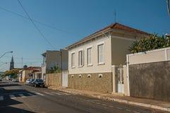 有墙壁的工人阶级老房子在一条空的街道在São曼纽尔的一个晴天 图库摄影