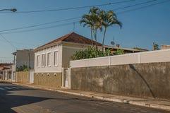 有墙壁的工人阶级老房子在一条空的街道在São曼纽尔的一个晴天 免版税图库摄影