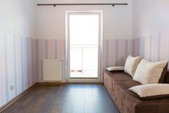 有墙纸的明亮的婴孩室 库存图片