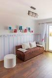 有墙纸的明亮的婴孩室 免版税图库摄影