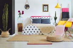 有墨西哥装饰的富启示性的卧室 库存照片