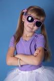 有墨镜的秀丽女孩 免版税库存图片