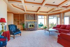 有壁炉和典雅的家具的丰富的家庭娱乐室 库存图片