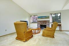 有壁炉和古董椅子的客厅 免版税库存图片