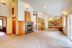 有壁炉和客厅的厨房。 免版税库存图片