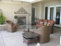 有壁炉和柳条家具的室外露台 免版税库存照片