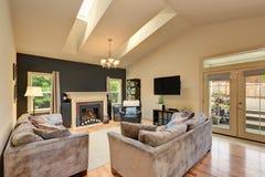有壁炉和沙发的经典美国家庭娱乐室 库存照片