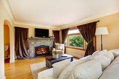 有壁炉和电视的客厅 免版税库存图片