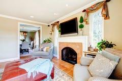 有壁炉和电视的舒适家庭娱乐室 库存图片