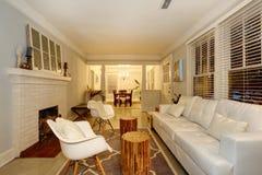 有壁炉的客厅、古色古香的胸口和现代沙发和c 免版税库存图片