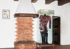 有壁炉的室和在一个玻璃容器的一件礼服在麸皮防御 麸皮城市在罗马尼亚 免版税库存图片