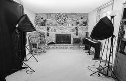 有壁炉的家庭摄影演播室和披风装饰为 免版税库存图片