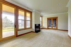 有壁炉的空的大空间。 新的豪华家庭内部。 图库摄影