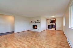 有壁炉的空的宽敞家庭娱乐室 免版税图库摄影