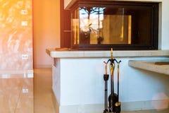 有壁炉的,家庭兴趣,玻璃壁炉,家庭供暖现代客厅 免版税图库摄影