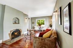 有壁炉的轻的薄荷的宽敞的房间 免版税库存图片