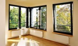 有壁角窗口的卧室 免版税库存照片