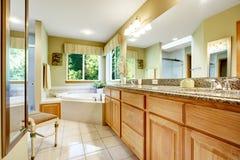 有壁角浴盆的明亮的卫生间 库存照片