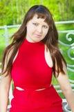 有壮观的形式的红头发人女孩在照片写真33期间的红色成套装备 库存图片