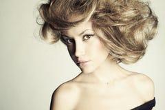 有壮观的头发的美丽的妇女 图库摄影