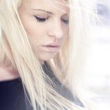 有壮观的头发的年轻美丽的妇女 图库摄影
