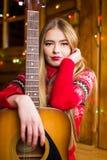 有声学吉他的女孩在欢乐环境里 库存照片