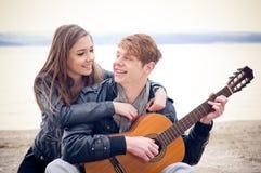 愉快的青少年的夫妇 库存照片