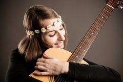 有声学吉他的少妇 免版税库存照片
