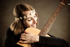 有声学吉他的少妇 免版税库存图片