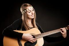 有声学吉他的少妇 图库摄影