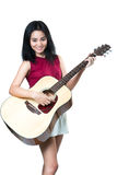 有声学吉他的年轻亚裔妇女 库存图片