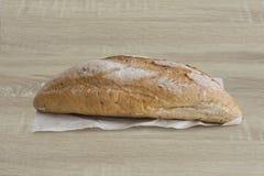 有壳的大面包侧视图在木桌上的 库存图片