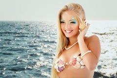 有壳的少年女孩美人鱼美丽的叫的电话 库存照片