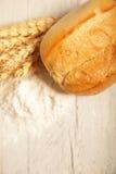 有壳的新卷用麦子和面粉 免版税库存照片
