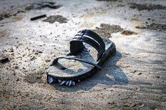 有壳的老拖鞋在沙滩Arambol, 免版税库存图片