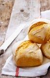 有壳的金黄小圆面包 库存图片