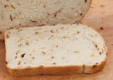 有壳的面包切的大面包 免版税库存图片