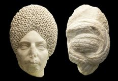 有复杂的卷曲发型的女性罗马头 免版税库存图片