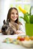 有复活节兔子的微笑的女孩 免版税库存照片